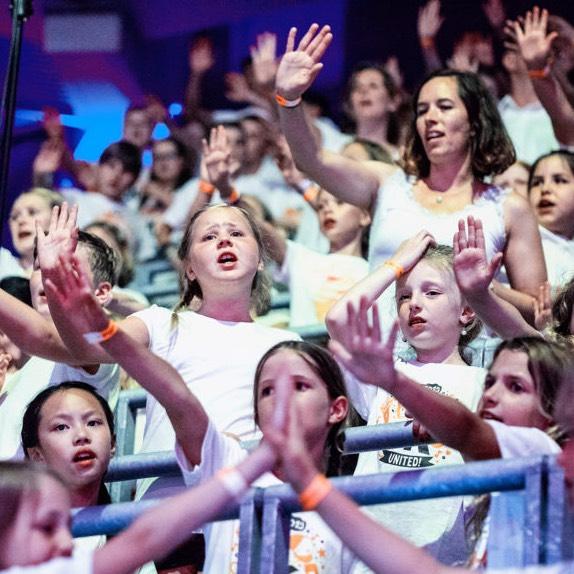 Schülerinnen und Schüler sowie eine Lehrerin bei 6K United in der SAP-Arena
